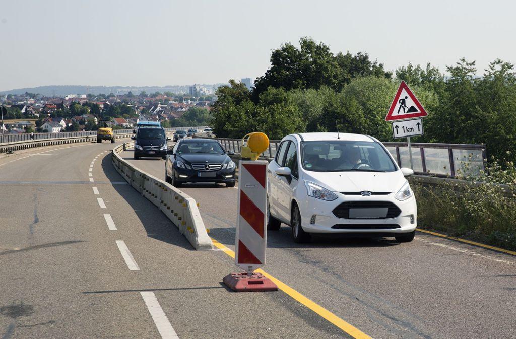Die   Körschtalbrücke ist halbseitig gesperrt,  wodurch die Autofahrer zwangsläufig mit Beeinträchtigungen rechnen müssen. Foto: Horst Rudel