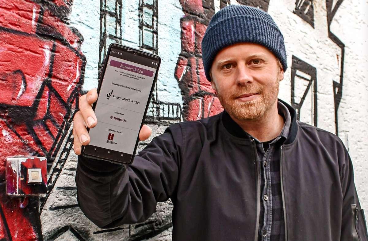 Der Sozialpädagoge Markus Klemisch zeigt die neue Streetwork-App. Foto: Stadt Fellbach