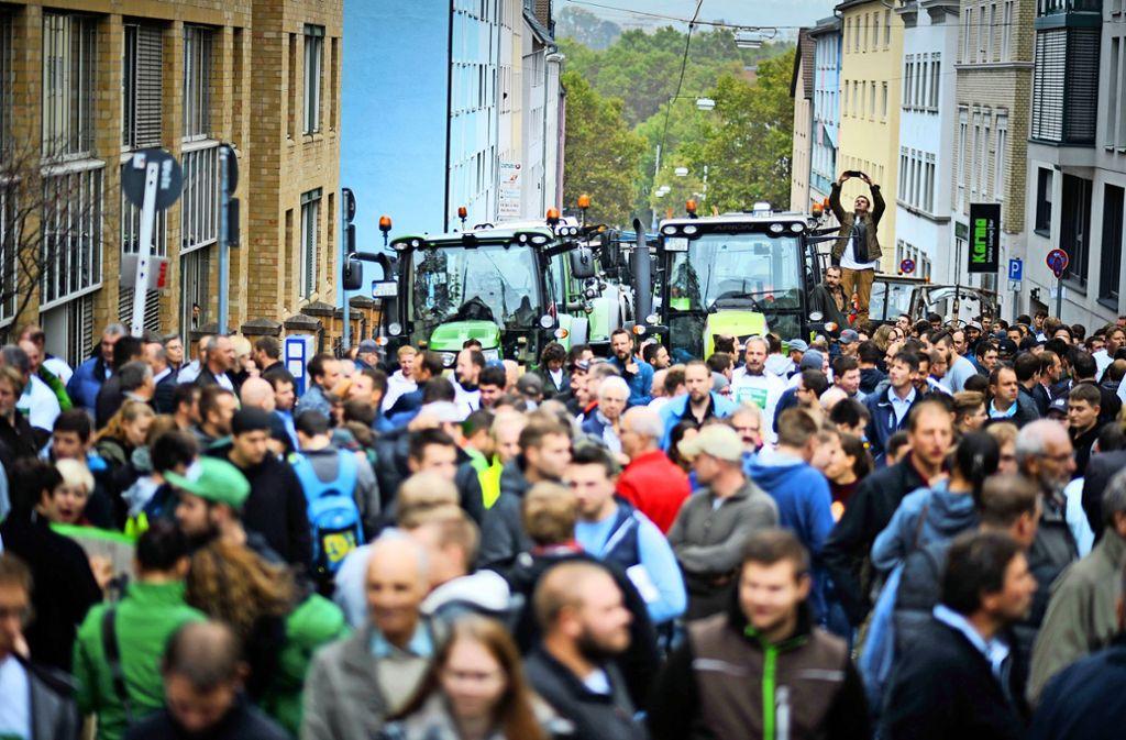 Ungewohntes Bild vor dem Landwirtschaftsministerium:200 Traktoren parken an der Kernerstraße. Davor legten sie und 800 weitere den  Cityring lahm. Foto: Lichtgut/Max Kovalenko