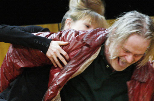 Vater und Tochter, im Kampf um die Wahrheit glücklich vereint: Sebastian Kowski als Doktor Stockmann mit Lisa Bitter als Petra. Foto: Staatstheater Stuttgart