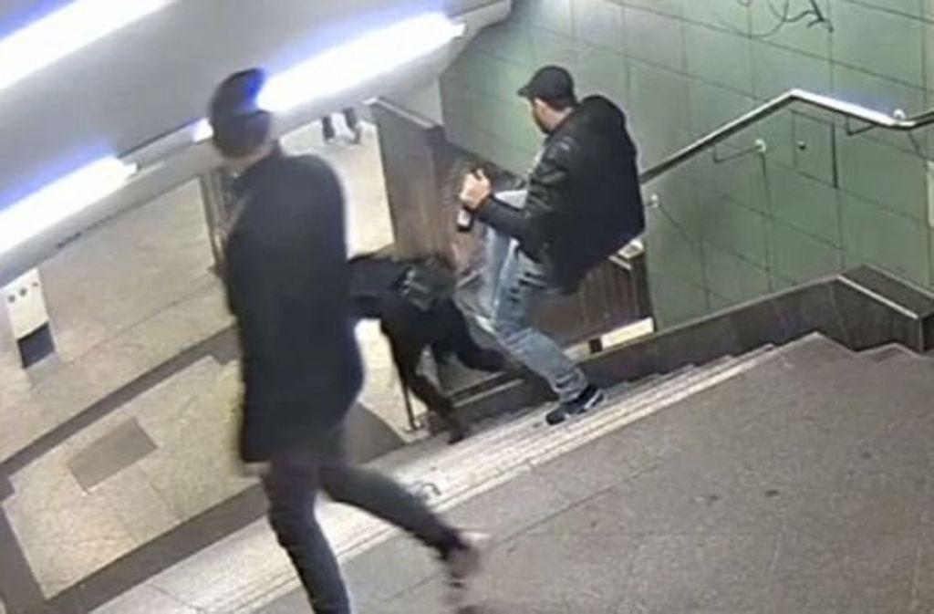 Nach diesem brutalen Tritt wurde der Mann per Haftbefehlt gesucht. Foto: Polizei