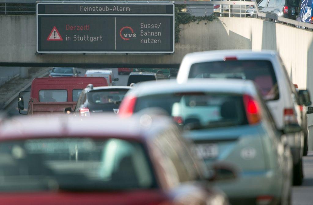 Gegen die Feinstaubbelastung in Stuttgart wollen die Grünen mit der blauen Plakette vorgehen. Foto: dpa