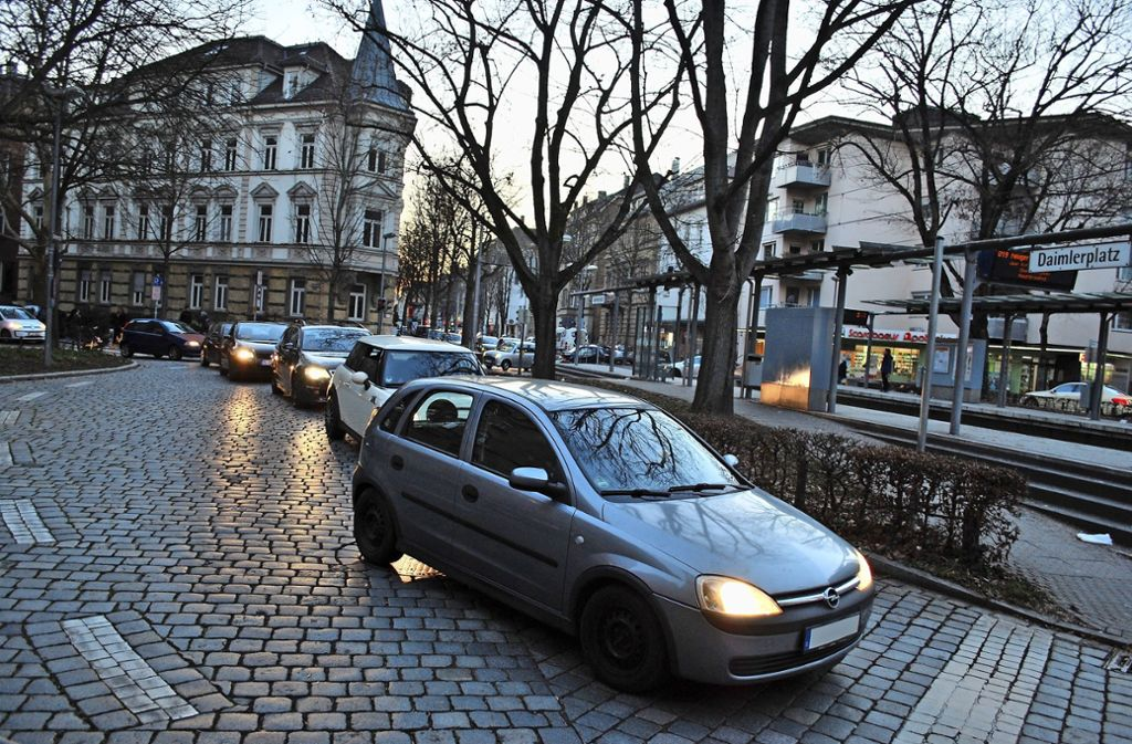 Alltägliches Bild am Daimlerplatz: Die Autos stauen sich. Foto: Sebastian Steegmüller