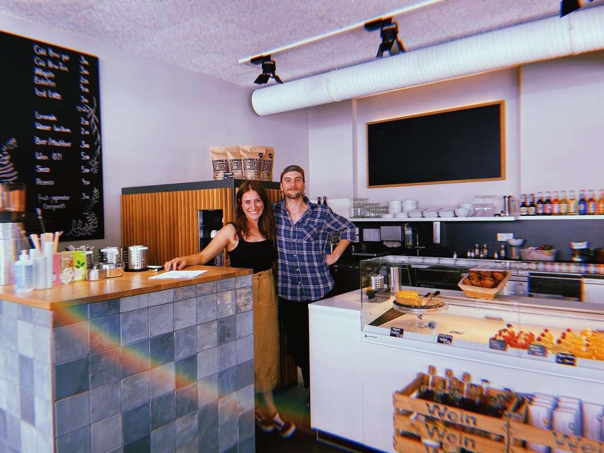 Café-Chefin Sibel Keskinsoy und Serviceleiter Niko Jukic haben gut lachen. Die Zuckerei hat eröffnet – mit einem Angebot, das Schlemmerherzen hüpfen lässt. Foto: Tanja Simoncev