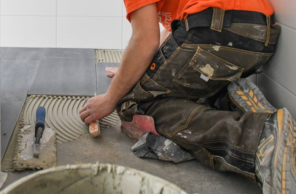 Im Bauhaupt- und Ausbaugewerbe sind die Wartezeiten für Kunden am längsten. Es kann bis zu drei Monaten dauern, bis der Handwerker kommt. Foto: dpa
