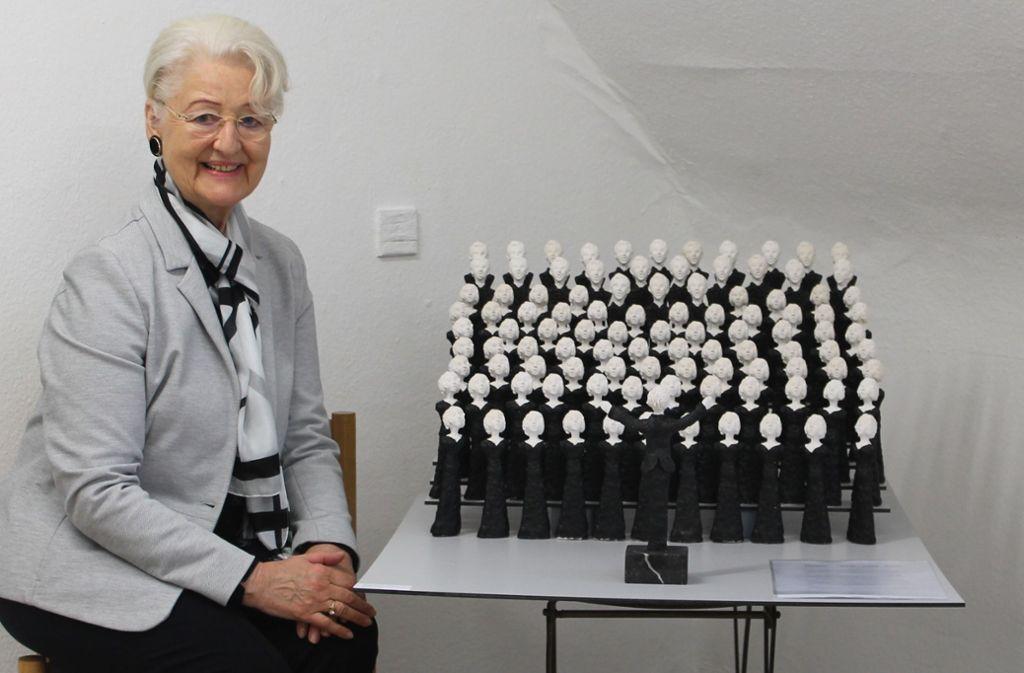 Christa Maria Eckhardt huldigt mit ihrer Installation der Vaihinger Kantorei. Foto: Schwieder