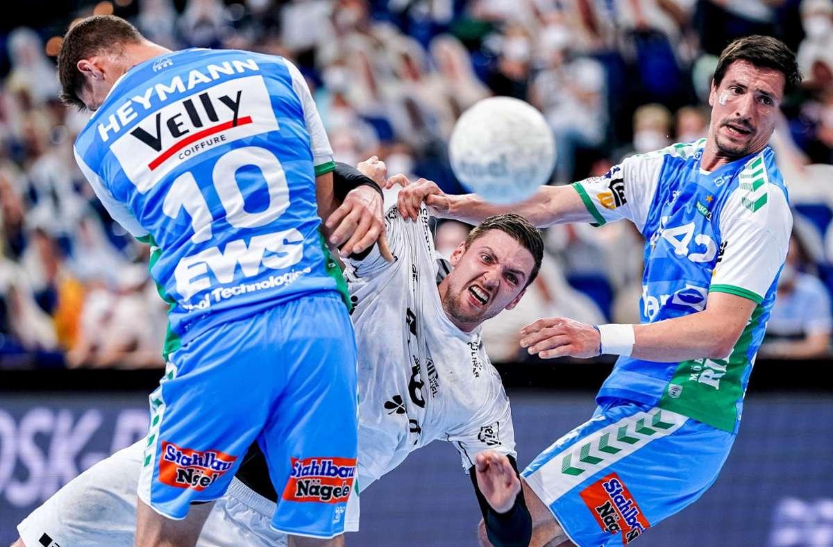 Kiels Kreisläufer Hendrik Pekeler setzt sich gegen Sebastian Heymann und Nemanja Zelenovic durch. Foto: dpa/Axel Heimken