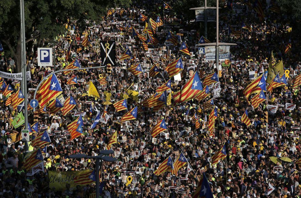 In Barcelona demonstrieren mehr als 100 0000 Separatisten. Foto: AP