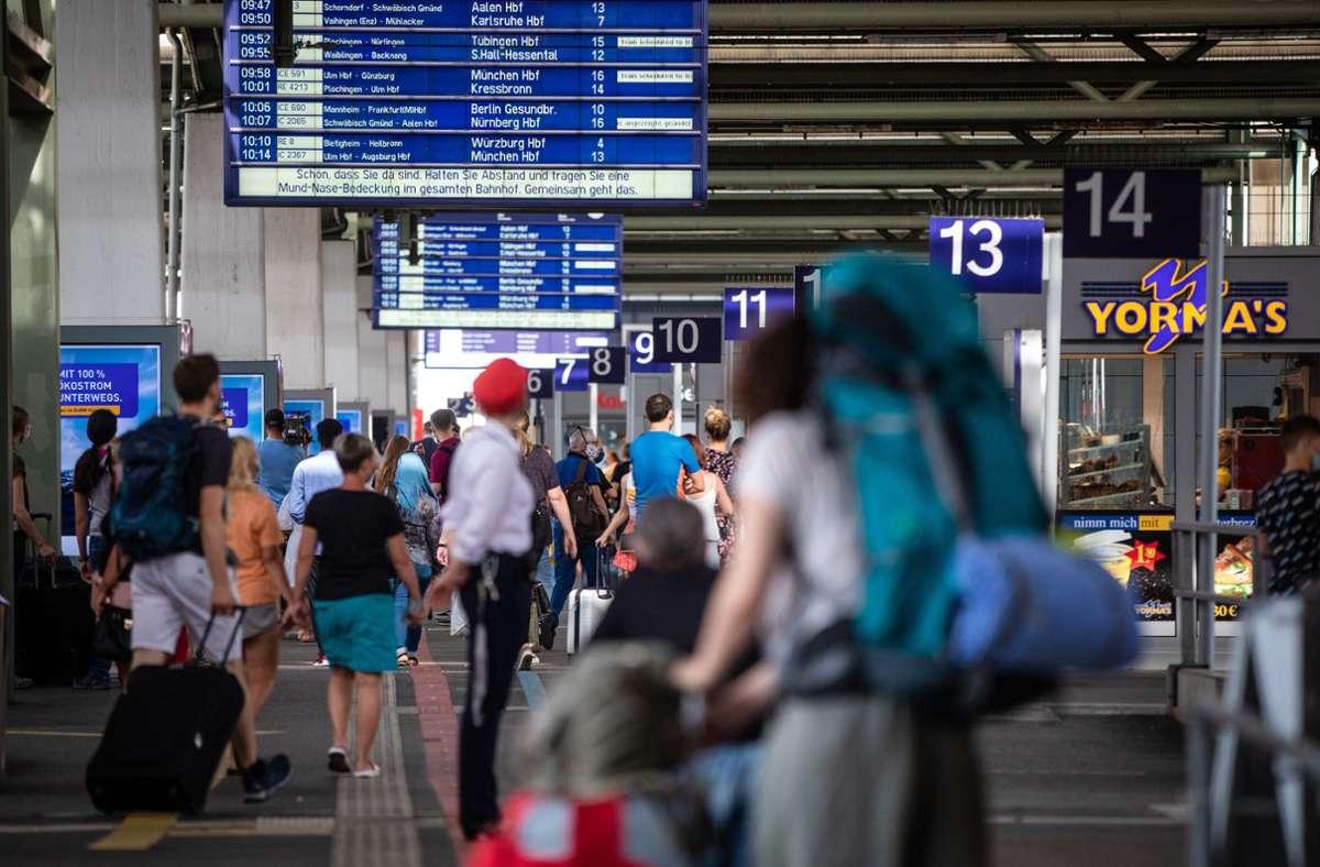 Am Stuttgarter Hauptbahnhof klickten schließlich die Handschellen (Symbolbild). Foto: Lichtgut/Christoph Schmidt