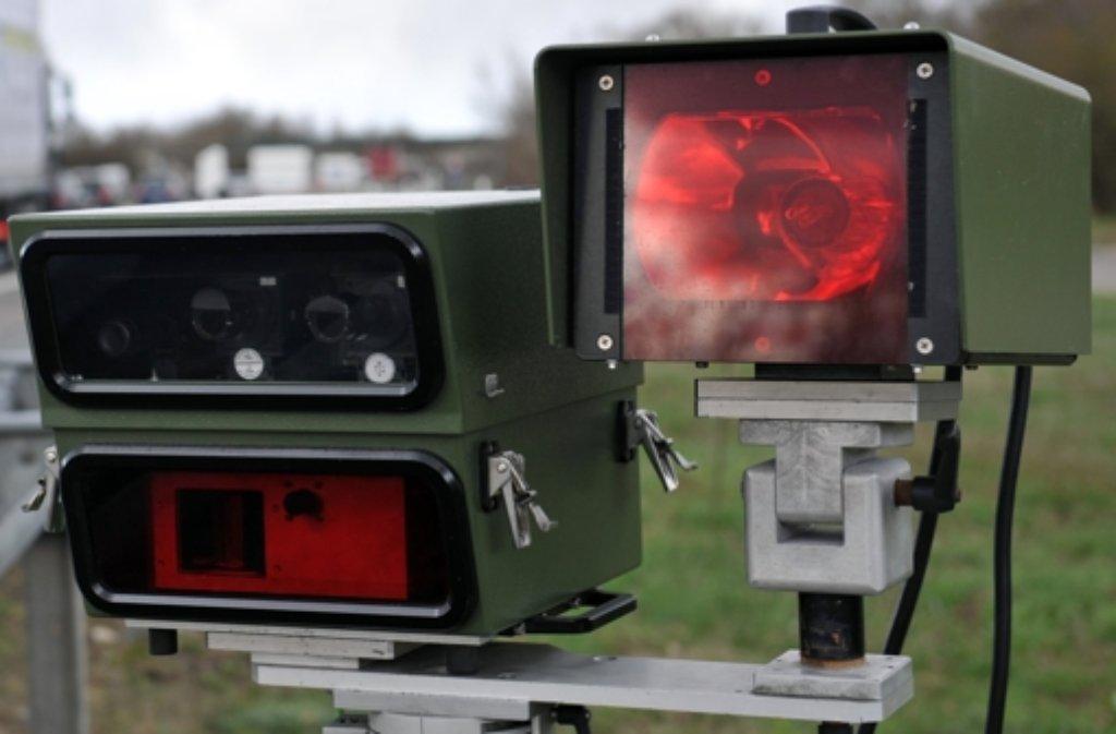 Die Kamera und den Blitz eines mobilen Geräts zur Tempoüberwachung lassen Unbekannte in Korntal-Münchingen mitgehen. Foto: dpa/Symbolbild