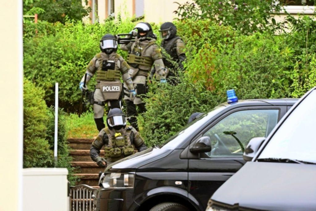 Das Göppinger Sondereinsatzkommando entdeckt  gegen  11.15 Uhr die Leiche des mutmaßlichen Täters. Wenig später stirbt seine  Mutter im Krankenhaus. Foto: 7aktuell.de/Eyb