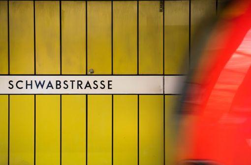 Gruppe entleert nachts Feuerlöscher in S-Bahn-Station