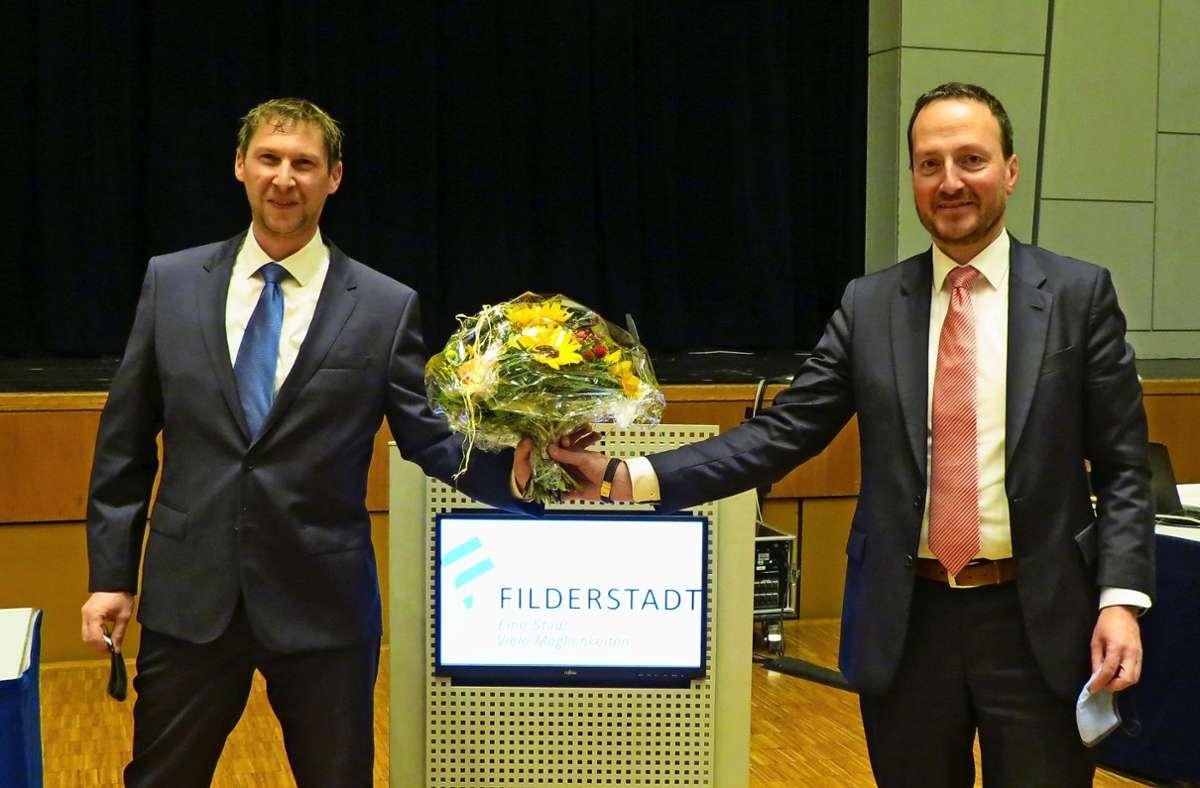Nach der Wahl erhielt Falk-Udo Beck (links) von Oberbürgermeister Christoph Traub unter Wahrung des Corona-Sicherheitsabstands einen Blumenstrauß. Foto: Otto-H. Häusser