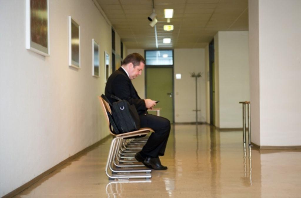 Warten vor der Verhandlung: Stefan Mappus im Verwaltungsgericht Stuttgart Foto: dpa