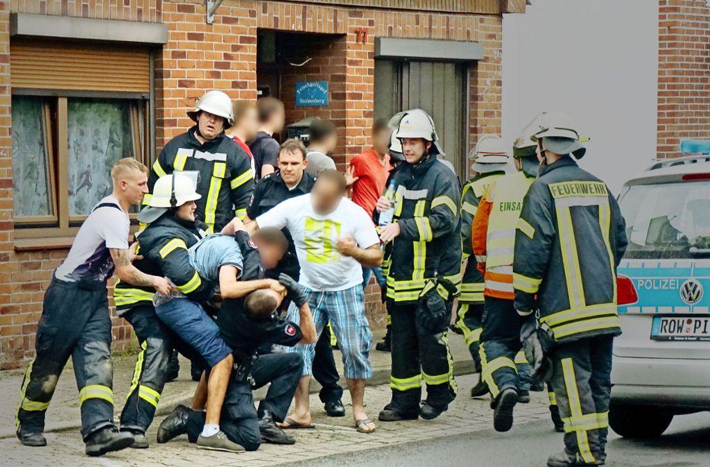 Drei Männer behinderten im Juli 2015 nach einem tödlichen Unfall in Bremervörde  massiv die Arbeit der Rettungskräfte. Der Fall landete vor Gericht. Foto: dpa/Theo Bick