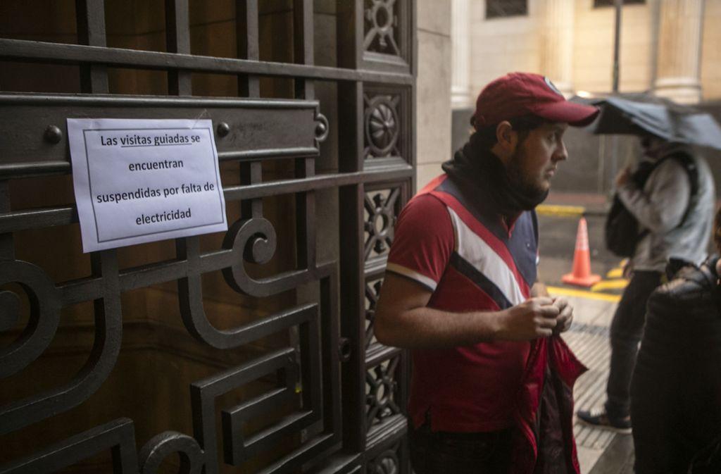 Land ohne Licht: Szene  vor einem Theater in  Buenos Aires, das wegen des landesweiten Stromausfalls geschlossen hat. Foto: Getty Images