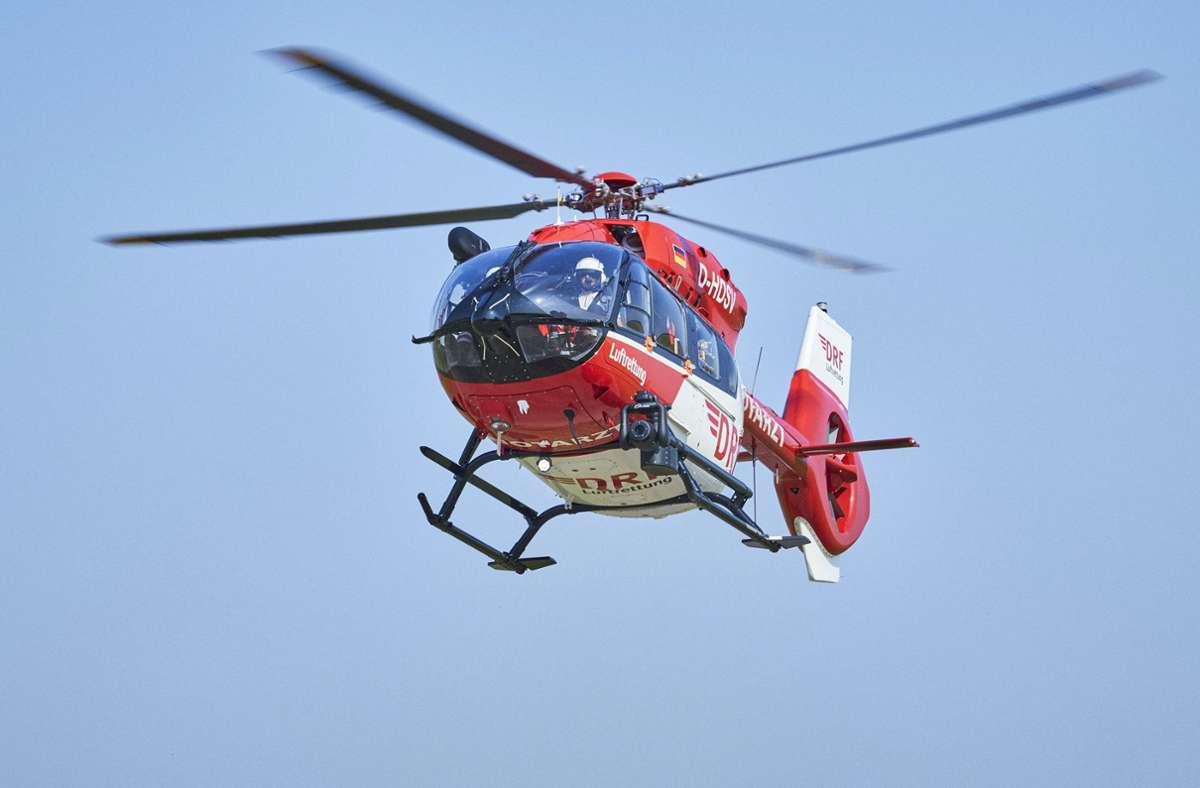 Ein Rettungshubschrauber flog den Mann in eine Klinik (Symbolbild). Foto: dpa/Bert Spangemacher