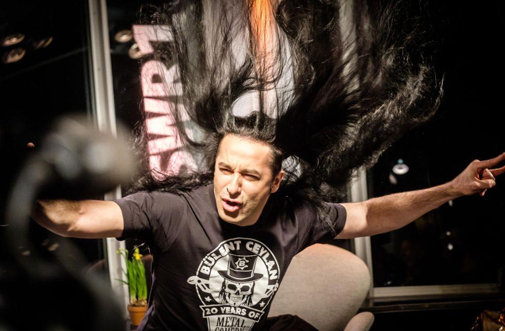 Bülent Ceylan, der langmähnige Rockstar unter den Comedians, zeigt auf dem  Fernsehturm, wie wild er auf Kommando sein kann. Foto: Lichtgut/Achim Zweygarth