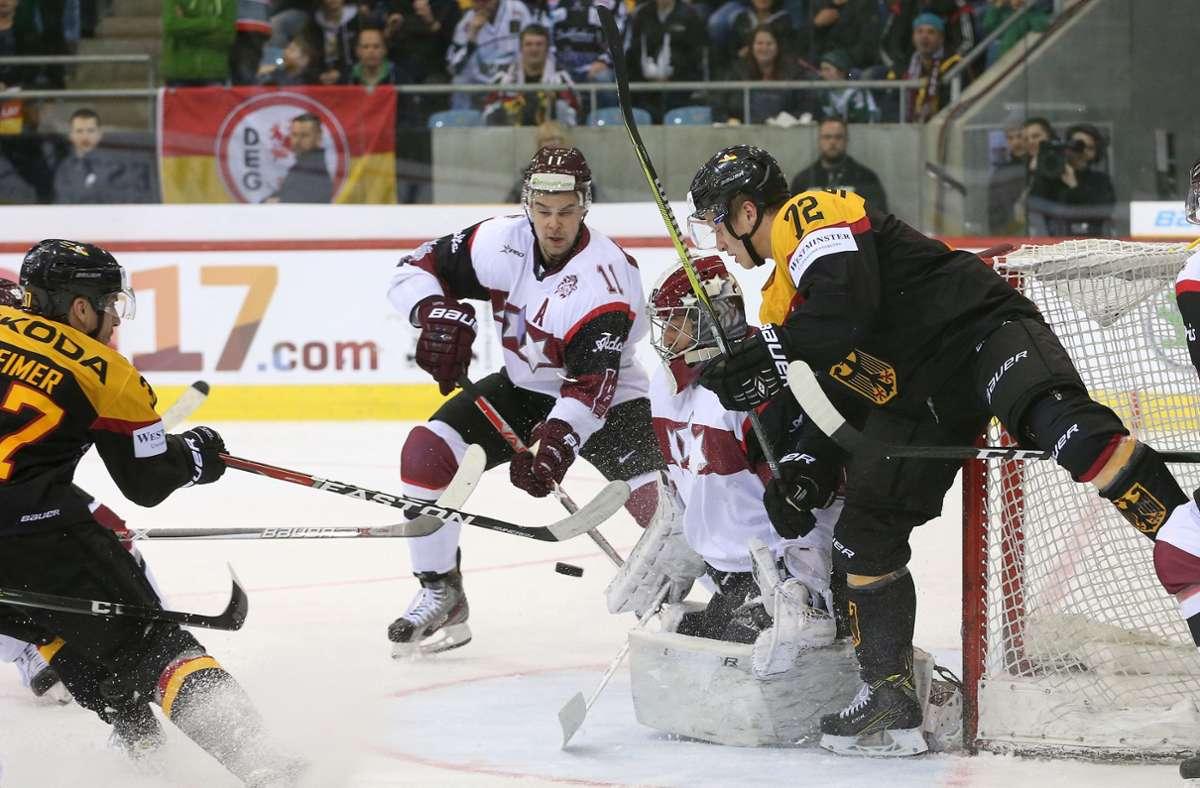 Im Eishockey geht es robust zur Sache – da muss man auch hingehen, wo es weh tut. Foto: Baumann/Dennis Dürr