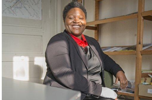 Zurzeit hat Vera Nkjenyi Ayemle eine Sehnenscheidenentzündung – weil sie so viele Projektanträge schreiben muss, sagt sie. Foto: Benny Ulmer Foto: