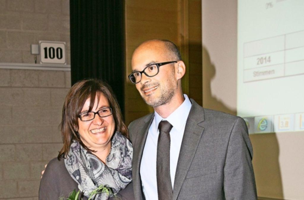 Frank Dehmer und seine Frau Biggi freuen sich über den Wahlsieg in Geislingen. Dehmer holte 54,3 Prozent und der Amtsinhaber Wolfgang Amann 45,6 Prozent der Stimmen. Foto: Horst Rudel