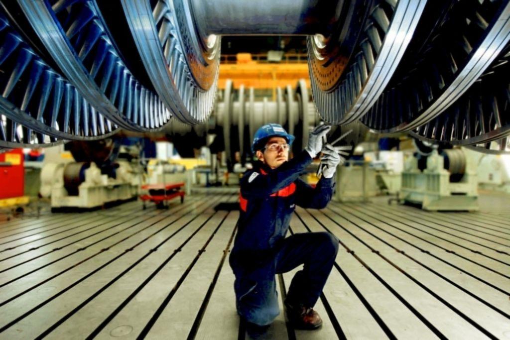 GE  will sich komplett  von der Turbinenfertigung  in Deutschland trennen.  Hier prüft der Mitarbeiter   Teile einer Turbine. Foto: Alstom