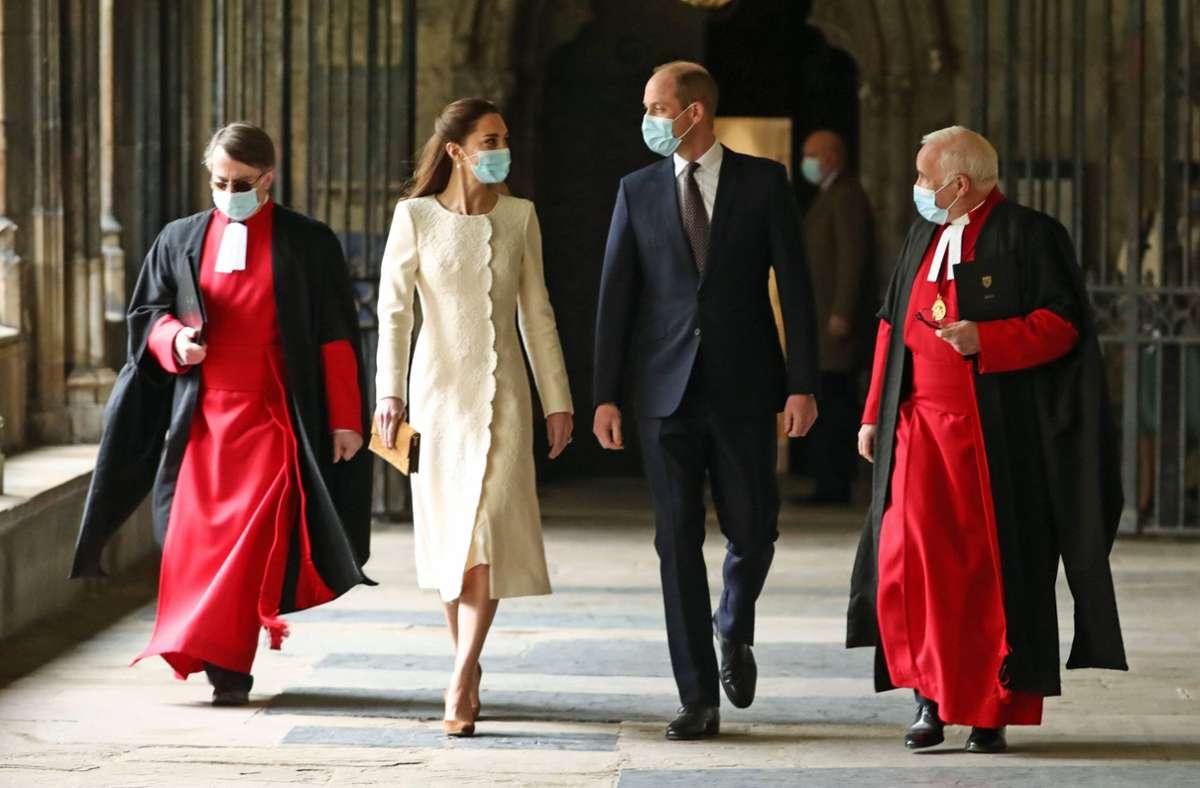 Herzogin Kate in einem der eleganten Mantelkleider, die typisch für das Modehaus Catherine Walker sind. Foto: imago images/i Images/Pool