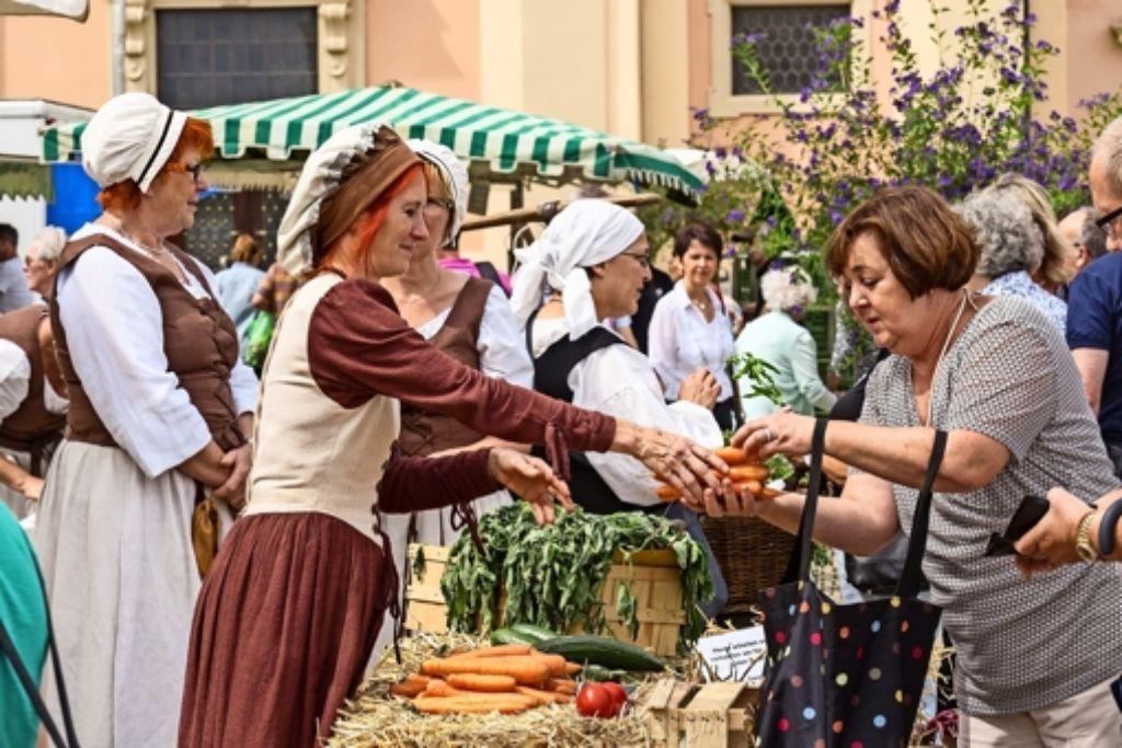 Frisches Gemüse, präsentiert, wie es vor knapp 300 Jahren gewesen sein könnte. Nur bezahlt wurde auf dem historischen Wochenmarkt mit zeitgemäßen Euro. Foto: factum/Weise