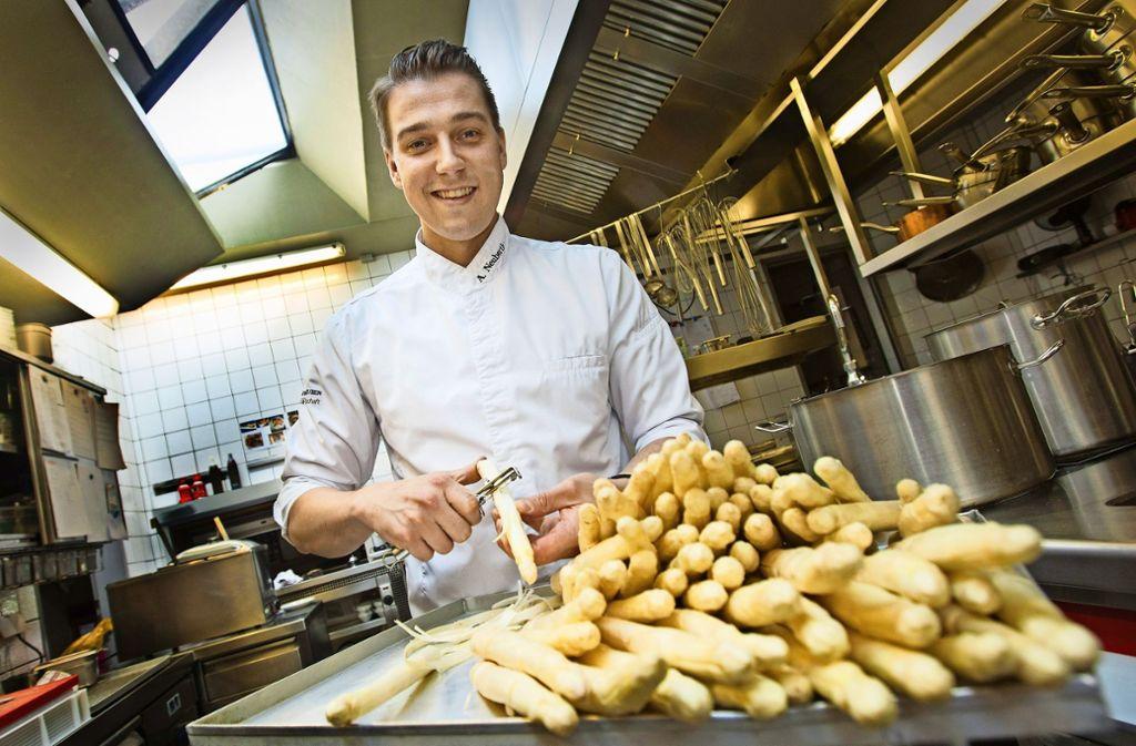 Alexander Neuberth kocht saisonal. Bis zum Johannistag am 23. Juni  ist in den Schwabenstuben traditionell Spargelzeit. Foto: Ines Rudel