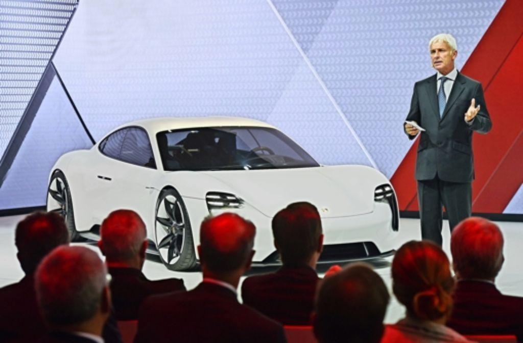 """Auf der Automesse IAA  hat der damalige Porsche-Chef Müller die Studie  """"Mission E"""" gezeigt. Foto: dpa"""