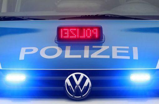 Audi prallt gegen wendenden Sattelzug