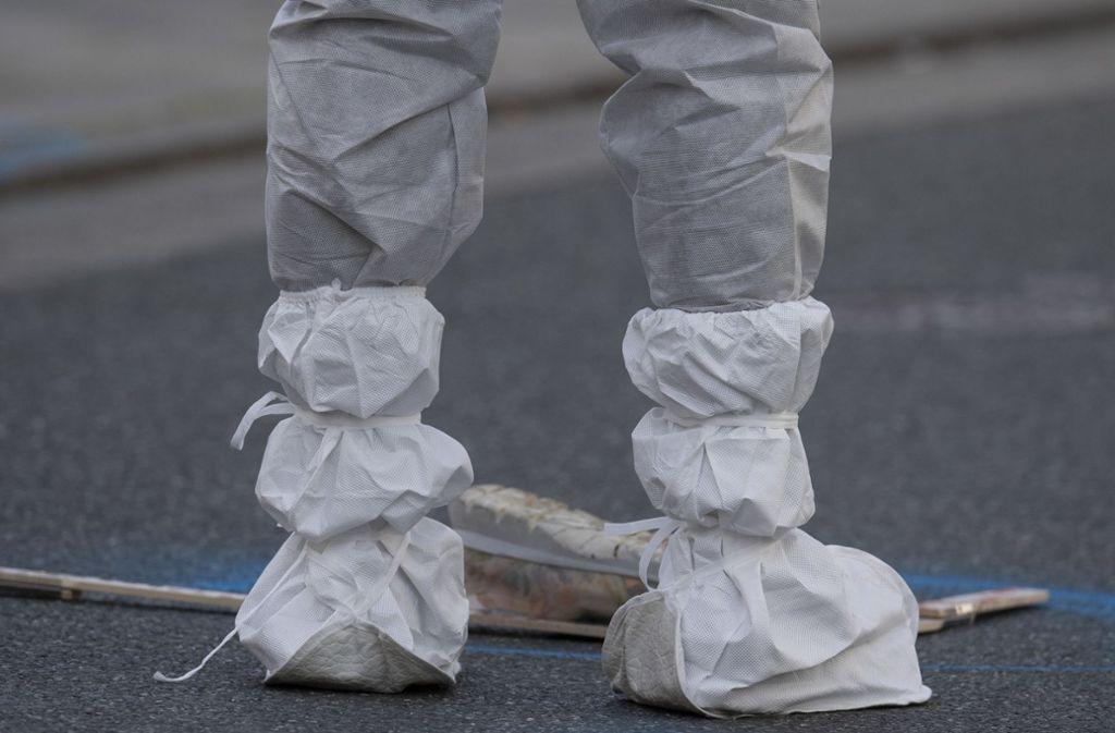 Eine Mitarbeiterin der Spurensicherung am Tatort. Foto: dpa/Boris Roessler