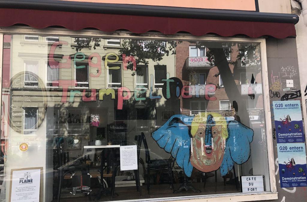 """Viele Ladenbesitzer auf St.Pauli zeigen mit Protestplakaten, dass sie gegen den G20-Gipfel sind. In diesem Fall dargestellt mit Donald Trump als """"Trumpeltier"""". Foto: Jacqueline Vieth"""