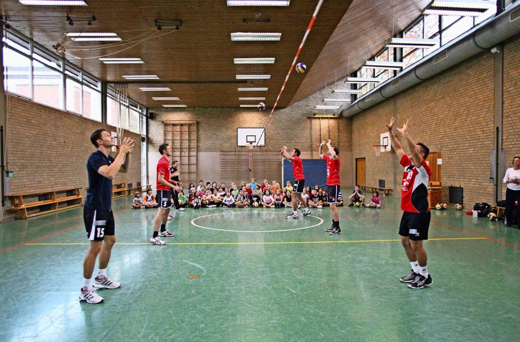 Im Jahr 2011 zeigen SVF-Volleyballer in der Maickler-Turnhalle Schülern ihr Können. Foto: Patricia Sigerist