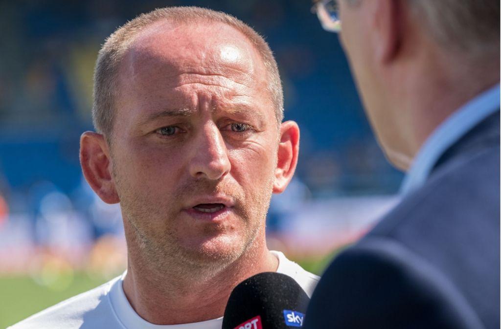 Der Cheftrainer von Eintracht Braunschweig, Torsten Lieberknecht, blickt gespannt auf die Partie gegen den VfB Stuttgart. Foto: dpa