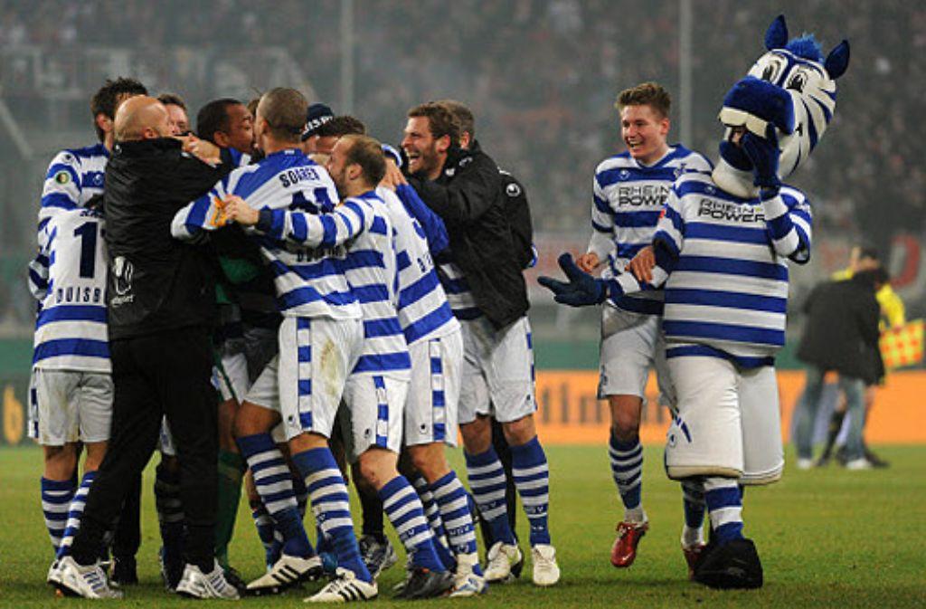 Die Spieler des MSV Duisburg freuen sich nach dem 2:1 gegen Cottbus über den Einzug ins DFB-Pokal-Finale. Foto: dpa