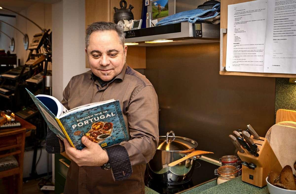 Alles auf einer Ebene: links das Tonstudio, rechts die Küche und in der Mitte Antonio Bras mit seinem Kochbuch Foto: factum/Jürgen Bach