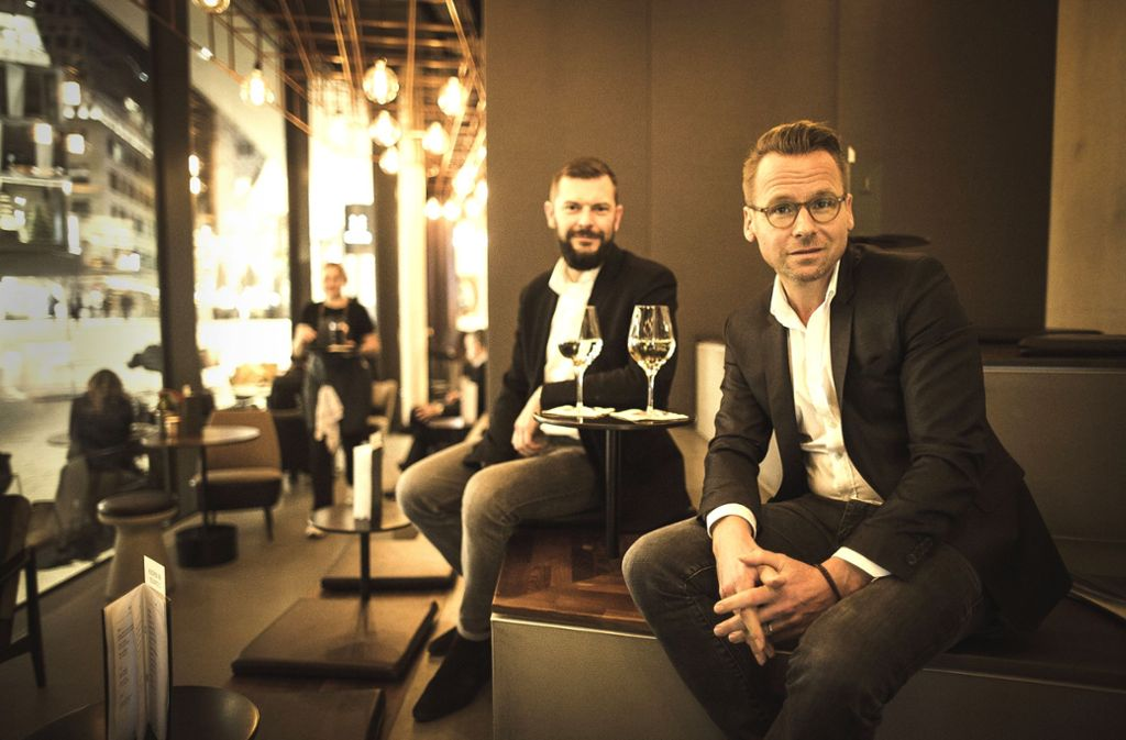 Frank Dittel (rechts) und sein Kollege Dominik Schäfer im Eduard's Foto: Lichtgut/Leif Piechowski