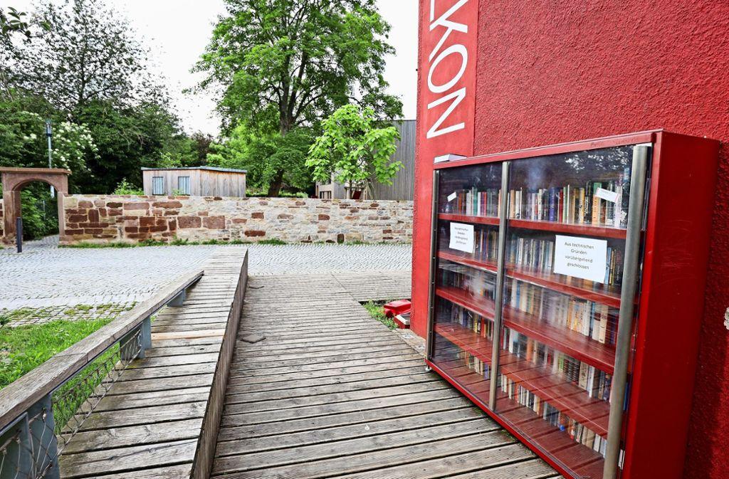 Büchertausch: Das offene Bücherregal am Glemsbalkon ist eines der  Projekte der Bürgerstiftung Ditzingen. Foto: factum/