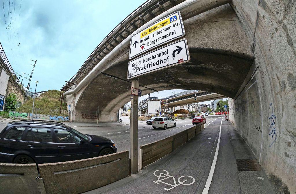 Um mit dem Bau des S-Bahntunnels beginnen zu können, muss die Brücke abgerissen und der Verkehr umgeleitet werden. Die Umrisse des neuen Tunnels sind an der weißen Markierung an der rechten Wand nachzuvollziehen. Foto: Lichtgut/Max Kovalenko