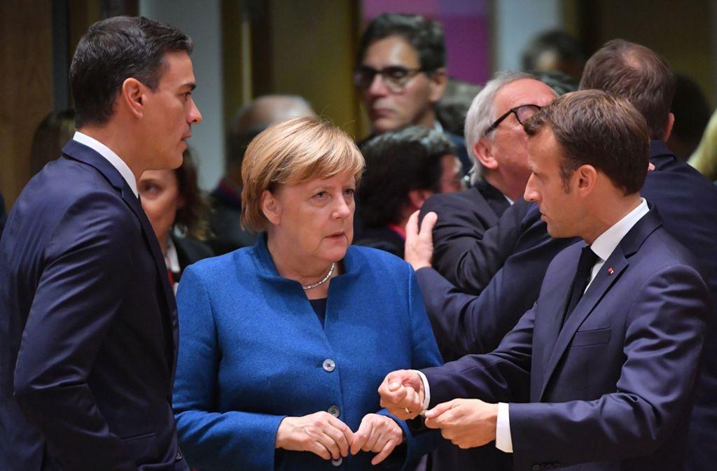 Spaniens Premierminister Pedro Sanchez, Bundeskanzlerin  Angela Merkel und der französische Präsident Emmanuel Macron (rechts) beraten über die Vergabe  der EU-Spitzenposten Foto: AFP