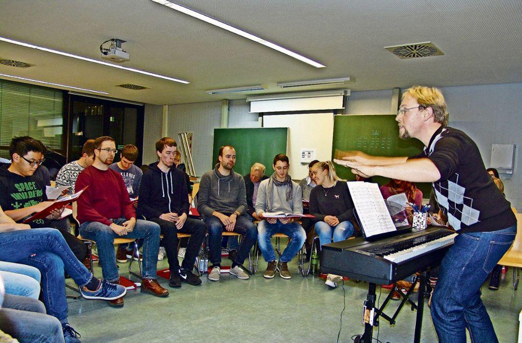 Junge Leute mit Spaß am Singen: Holger Frank Heimsch probt mit  Chormäleon in der Dualen Hochschule Foto: Armin Friedl