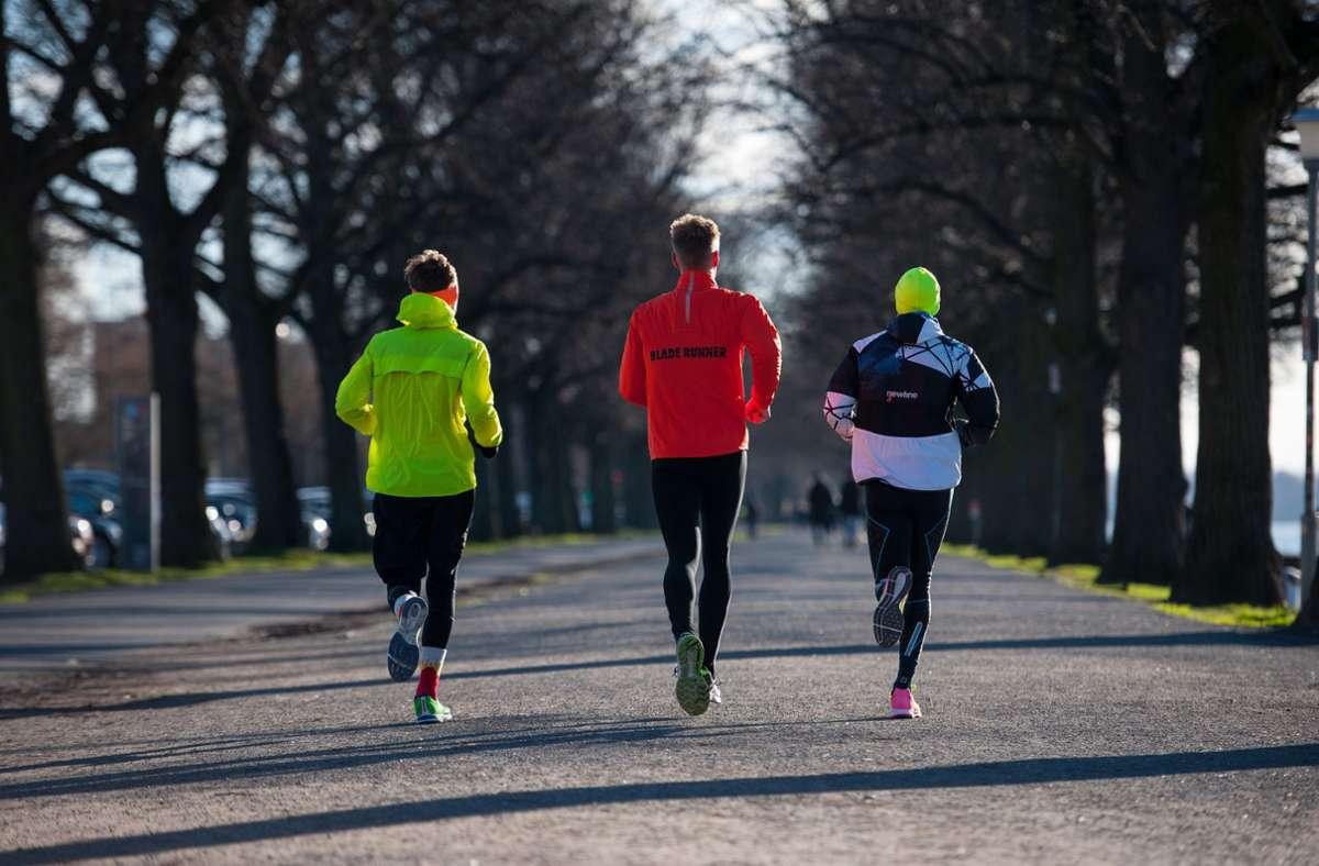 Wer in der kalten Jahreszeit joggen gehen will, sollte die richtige Kleidung nutzen. Foto: dpa/Philipp Schulze