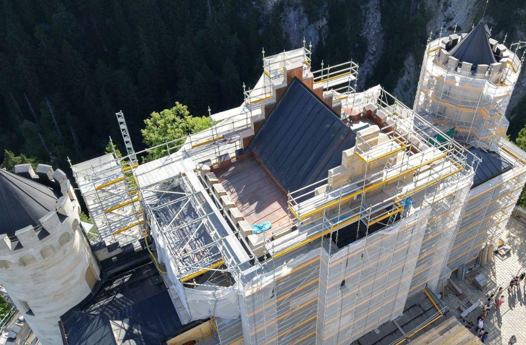 Märchenschloss in ungewohnter Perspektive: Noch dieses Jahr sollen am Torturm von Neuschwanstein die Gerüste wieder fallen – zugunsten der Fotografen. Foto: Kreiner