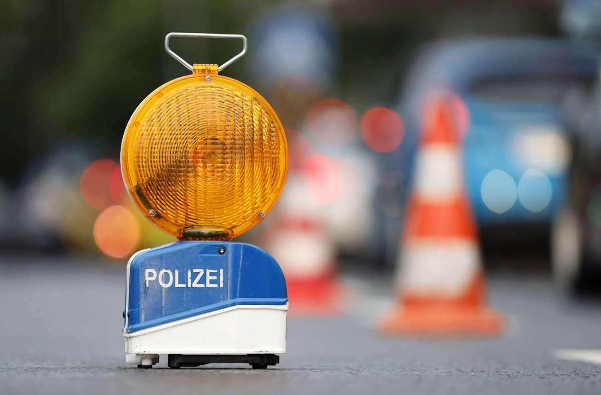 Die Polizei sucht nach einem Unfall in Nürtingen nach Zeugen, um den Unfallverursacher ausmachen zu können (Symbolfoto). Foto: imago images/Future Image/Christoph Hardt