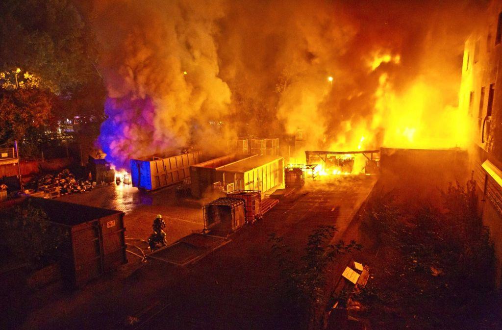 Lichterloh brannte der in  rund 200 Gitterboxen gelagerte Elektroschrott vor einer Recyclingfirma in Altbach. Foto: 7aktuell