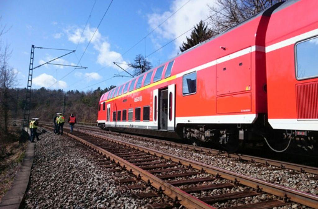 Am Dienstag war ein Regionalexpress bei Stuttgart-Vaihingen auf einen Betonblock auf gefahren und entgleist. Foto: Fotoagentur Stuttgart/Andreas Rosar