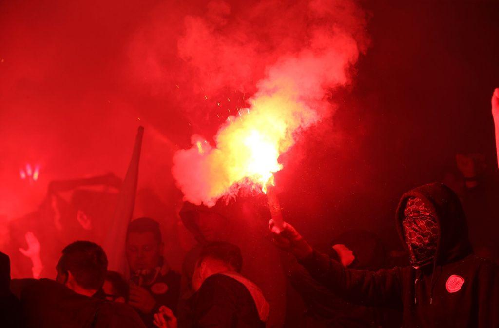 Die Stimmung bei einigen Fans war aufgeladen. Foto: dpa