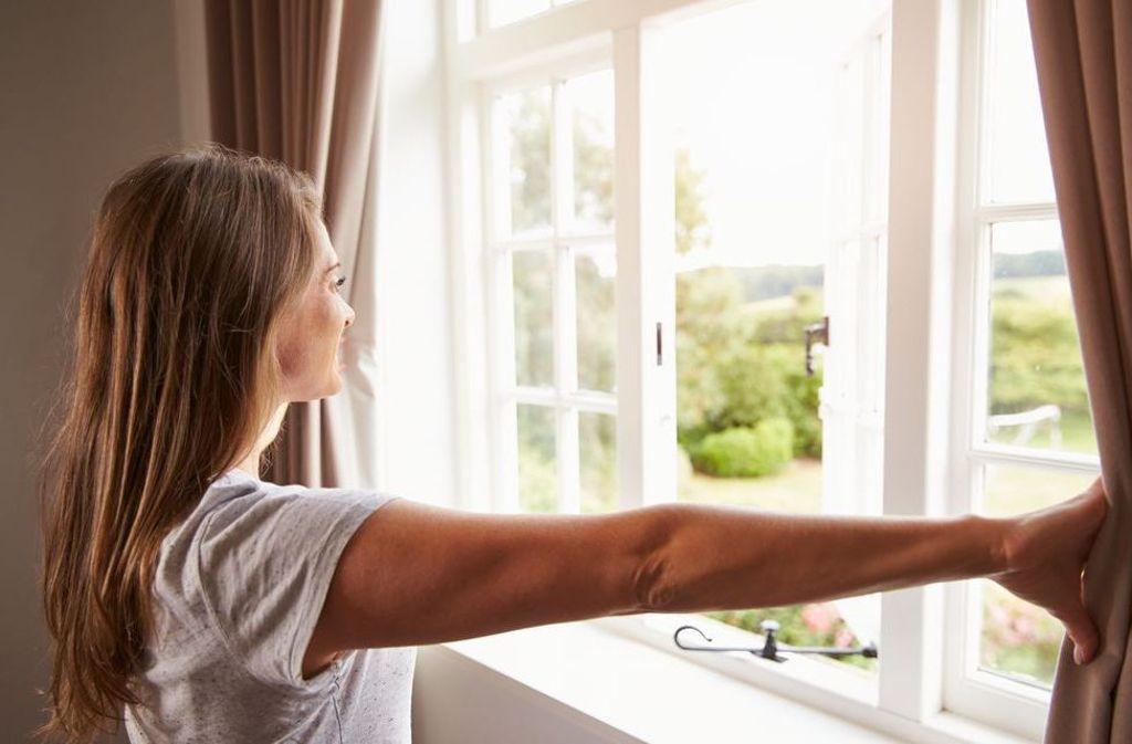 Richtiges Lüften heißt Stoßlüften: Die Fenster kurzfristig ganz öffnen. Ständig gekippte Fenster vermeiden: Die Kipplüftung verschwendet Heizenergie und kühlt die Außenwände aus.  Foto: shutterstock/Monkey Business Images