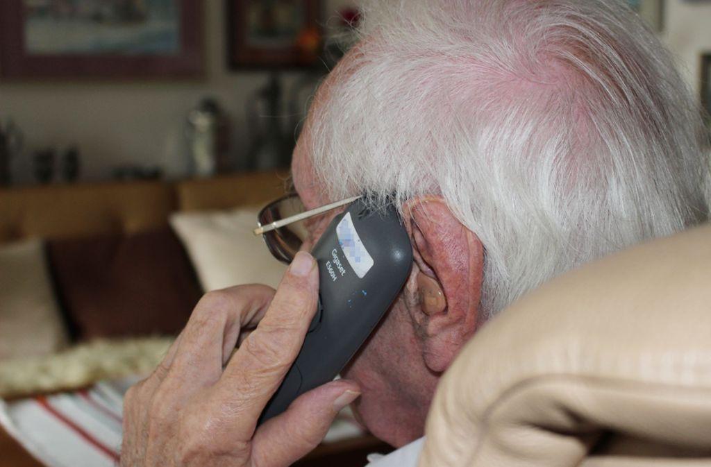 Per Telefon bleibt das Team vom Treffpunkt 50 plus in Kontakt mit den Senioren. Foto: Holowiecki